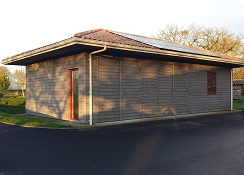 24 m2 de capteurs photovoltaïques sont raccordés au réseau EDF.