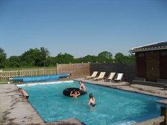 Une vaste piscine pour le plaisir de tous.